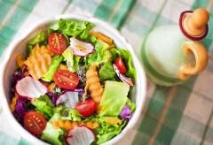 Surówki i sałatki – czy zawsze są takie zdrowe?